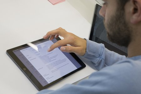 Student recherchiert am Tablet im Modulux